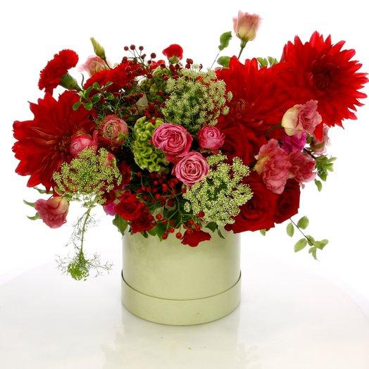 Коробка с георгинами и розами