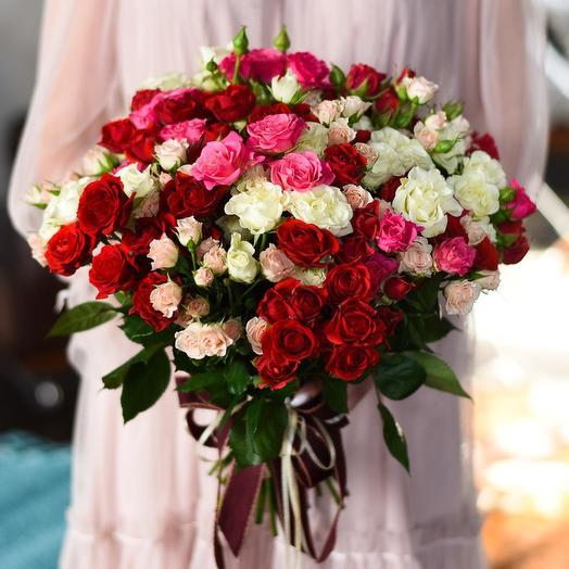 Букет из 16 разноцветных кустовых роз 50 см: букеты цветов на заказ Flowwow