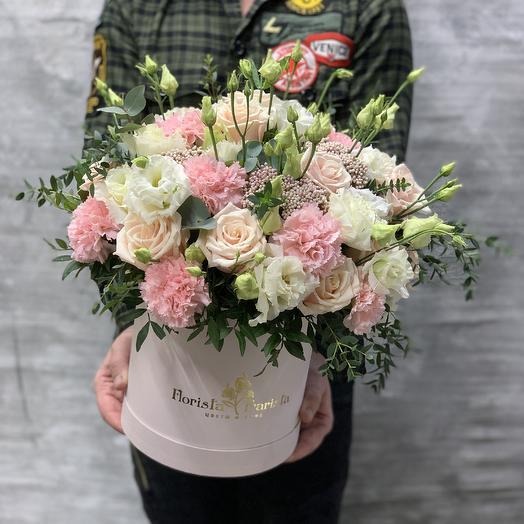 Нежная Коробка с розами и лизиантусом: букеты цветов на заказ Flowwow