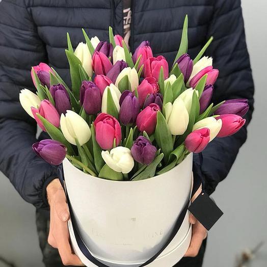 Шляпная коробка с тюльпашками: букеты цветов на заказ Flowwow
