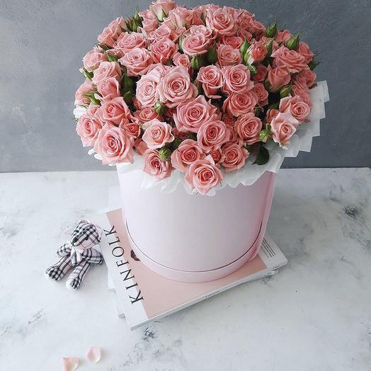 Розовые кустовые розы в большой шляпной коробке: букеты цветов на заказ Flowwow