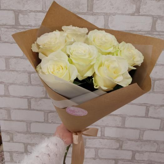 7 белых роз в крафте