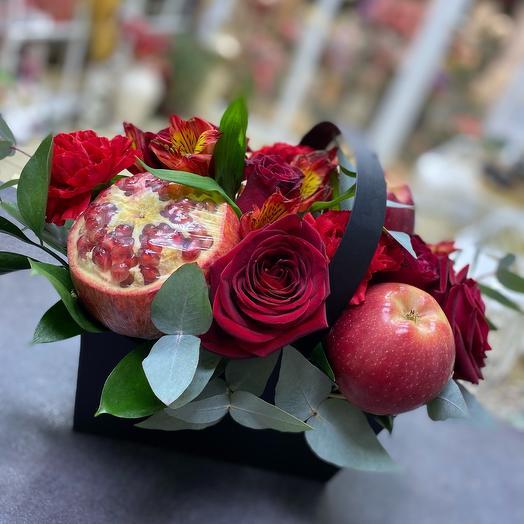 Коробка с гранатом и цветами