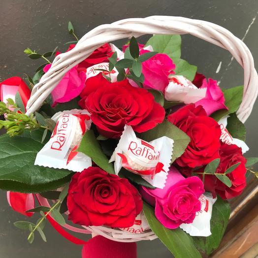 Корзина с розами и конфетками