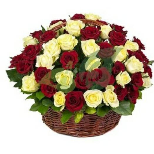 Корзина с 75 розами