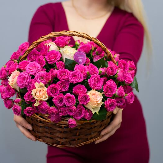 Розы кустовые в корзине