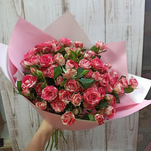Букет красивых кустовых роз