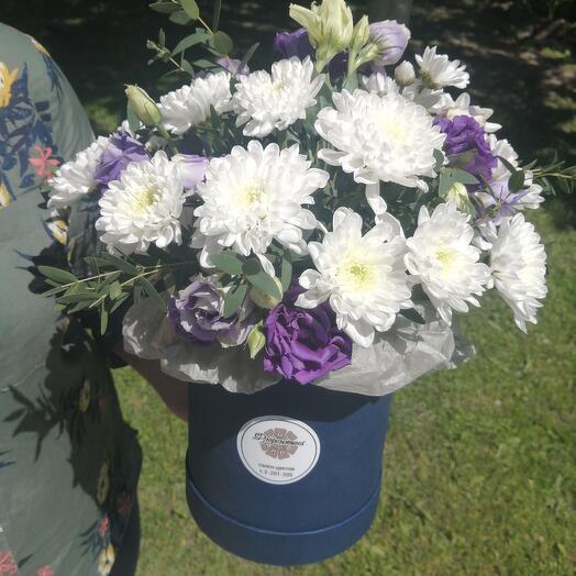 Цветы в коробке бело синяя.. 😍