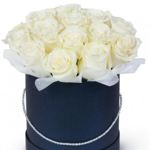 17 белых роз в чёрной коробке