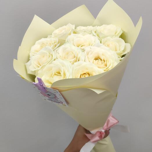 11 белых роз в крафте