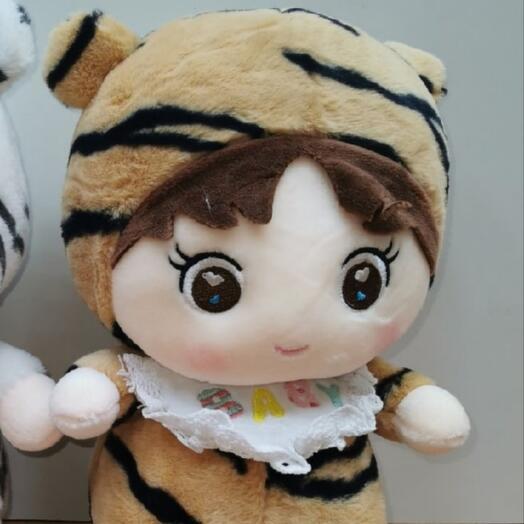 Девочка в костюме тигрушка