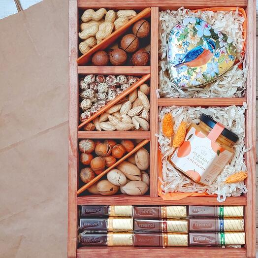Подарочный набор с орехами, чаем и сладостями