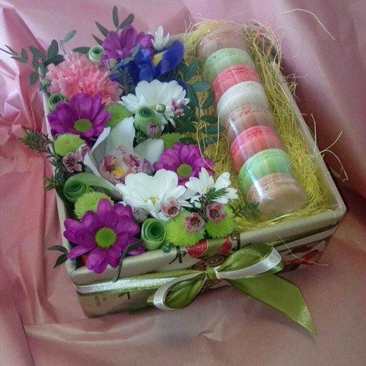Коробочка с макарунами и живыми цветами: букеты цветов на заказ Flowwow
