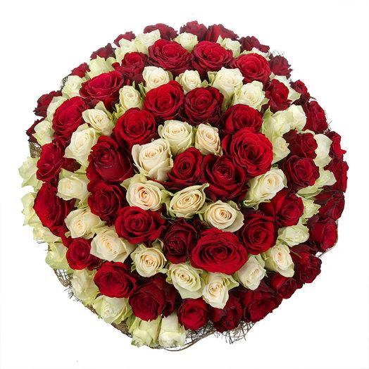 """Букет из 101 красной и белой розы """"Бесконечность"""": букеты цветов на заказ Flowwow"""