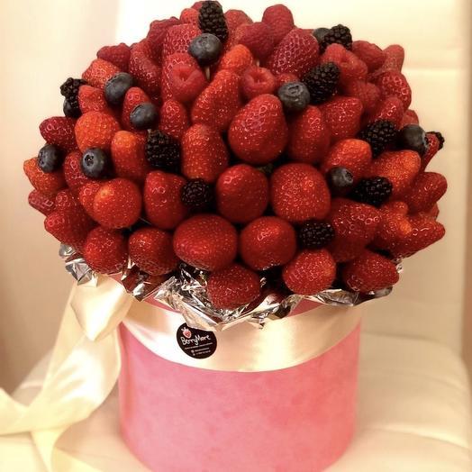 Ягодный микс в розовой бархатной коробке: букеты цветов на заказ Flowwow