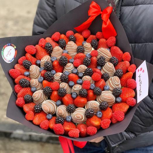 Букет из клубники в бельгийском шоколаде с голубикой/ежевикой/малиной: букеты цветов на заказ Flowwow