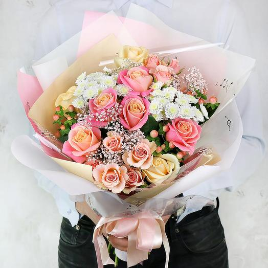 Букет из роз, хризантем и гипсофилы