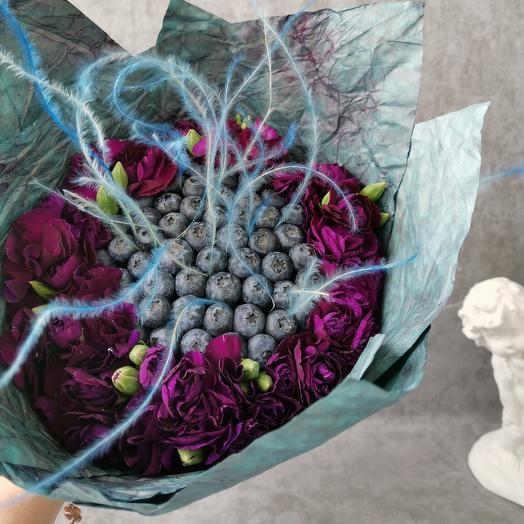 Букет COSMOS из голубики и диантусов💜: букеты цветов на заказ Flowwow