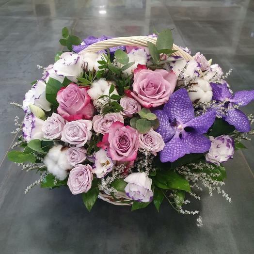 Красочная корзина с розой и орхидеей