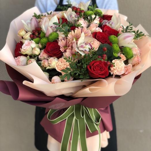Bouquet with red, Bush roses and chrysanthemums Colors of summer
