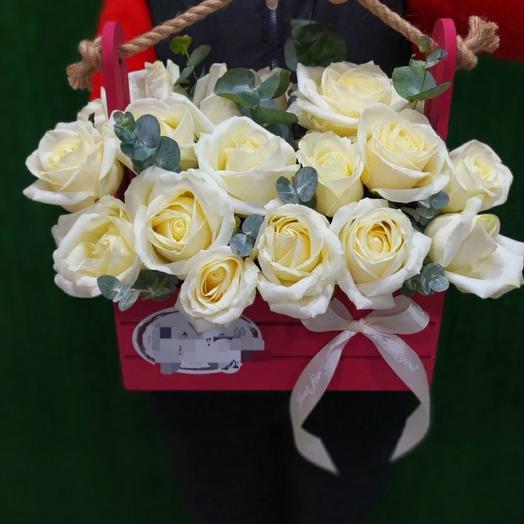 Белые розы в ящике