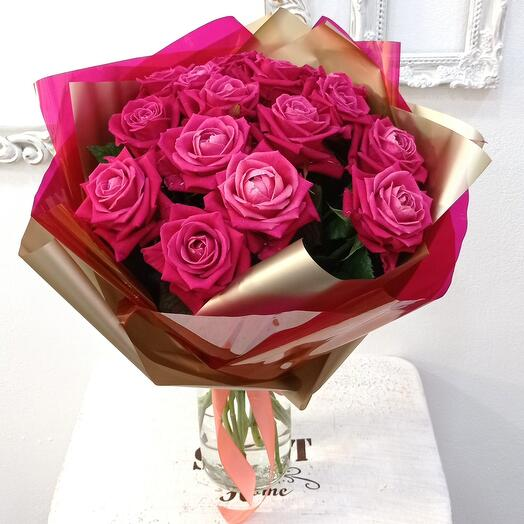 15 ярко-розовых роз