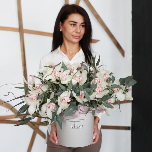 Букет из белых орхидей в шляпной коробке 149