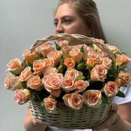 Корзина с летними садовыми розами