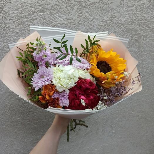 Стильный с пионом, подсолнухом и цветами