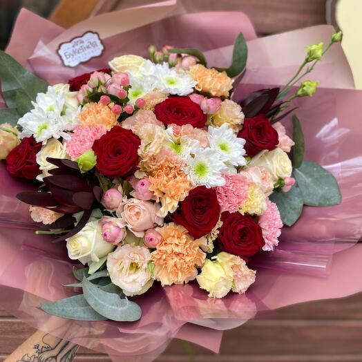 Букет сборный из хризантем и роз «Роскошный микс»