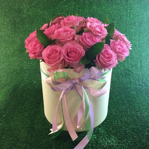 Шляпная коробка с розовыми розами: букеты цветов на заказ Flowwow