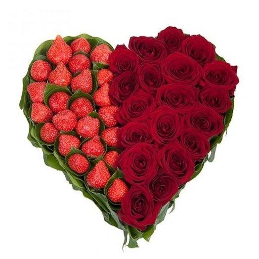 Сердце из роз. Розы 19 шт. Клубника. : букеты цветов на заказ Flowwow