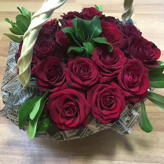 19 красных роз с зеленью в корзинке : букеты цветов на заказ Flowwow