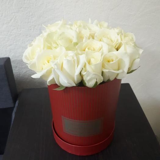 Шляпная коробочка с белыми розами: букеты цветов на заказ Flowwow