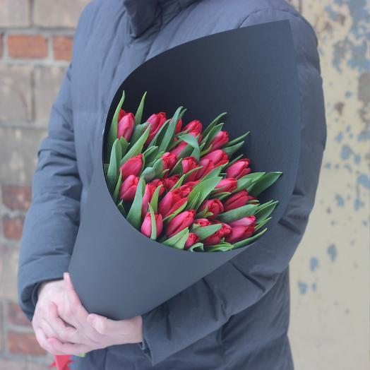 Красные тюльпаны в черной дизайнерской упаковке: букеты цветов на заказ Flowwow