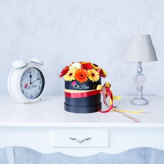 Маленькая Люкс коробка с разноцветной мини герберой с премиум доставкой: букеты цветов на заказ Flowwow
