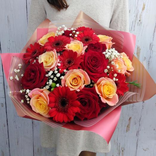 Яркий букет из роз и минигербер Поцелуй: букеты цветов на заказ Flowwow