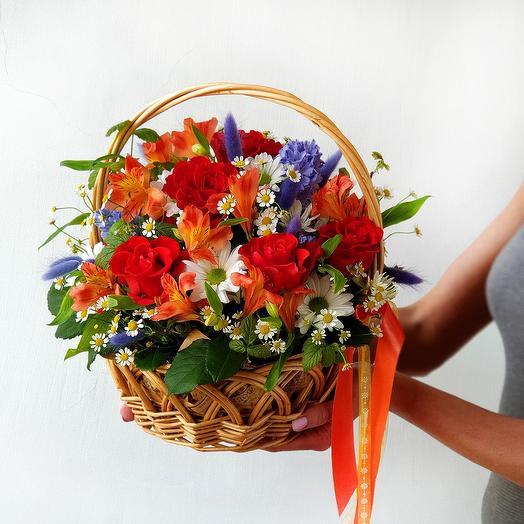 Яркая летняя корзиночка с розами и альстромерией