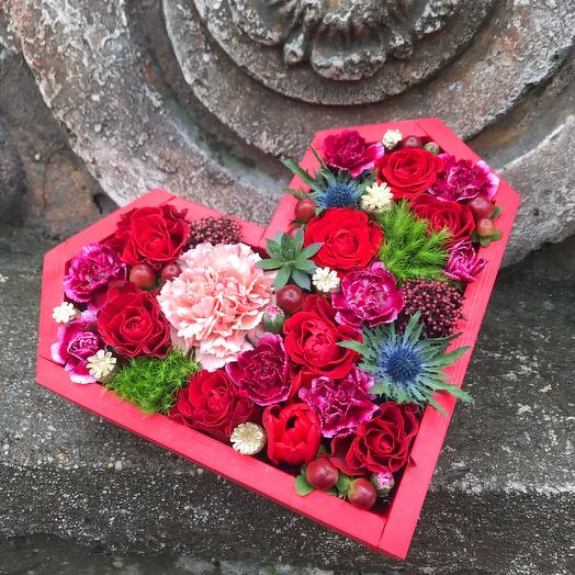 Яркое романтическое сердце с цветами