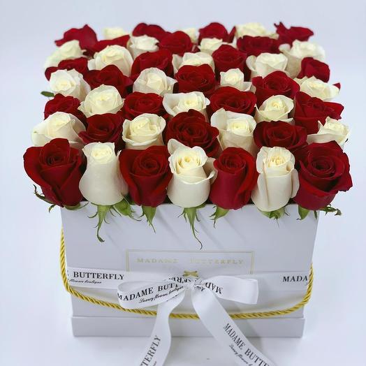 Гранде квадрат белая. 49 красных и белых роз