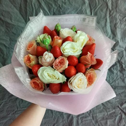 Розы и клубничка: букеты цветов на заказ Flowwow