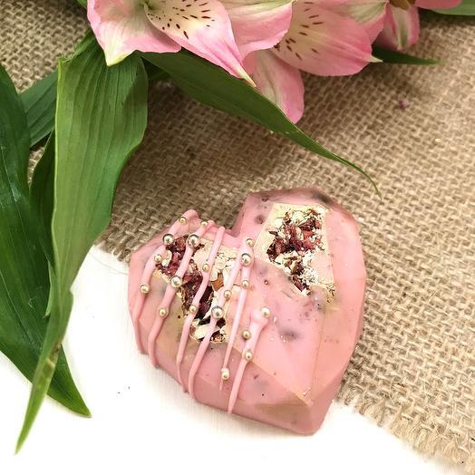 «Валентинка» из клубничного бельгийского шоколада с наполнением из ягод,миндаля,хрустящих шариков, размер 6,5см*6,5см