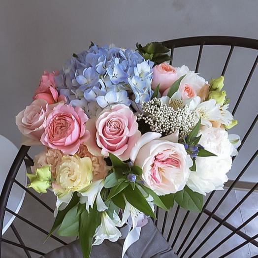 Авторский букет из летней коллекции с роскошными розами и голубой гортензией