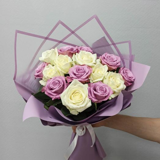 Bordeaux. Bouquet of 15 purple and white roses