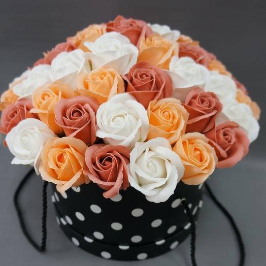 Композиция из мыльных роз в шляпной коробке