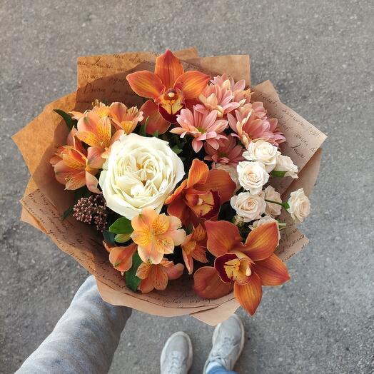 Кофейный букет с орхидеями и пионовидной розой