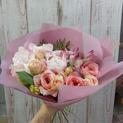 Букет с пионом, пионовидными розами и ассорти цветов