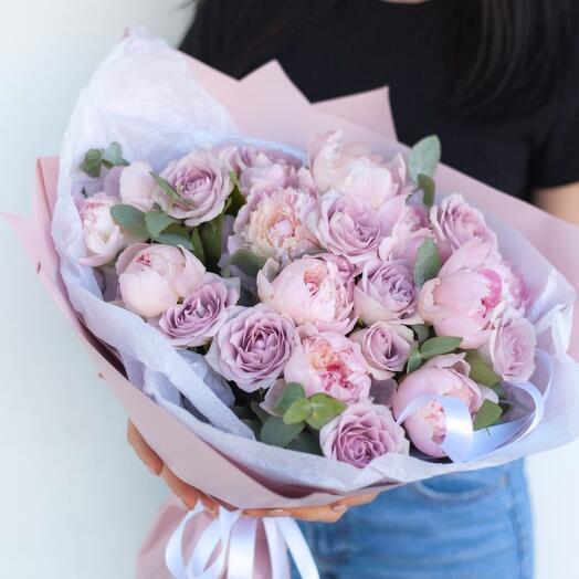 Букет из пионов и кустовых роз «Мона-Лиза»
