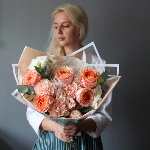 Bouquet in peach color scheme with peony-shaped roses