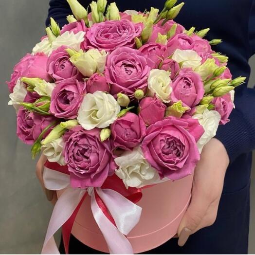 Коробочка из пионовидных роз и эустомы